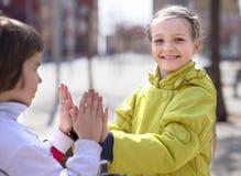 Мальчик с хлопом девушки outdoors в осени Стоковая Фотография