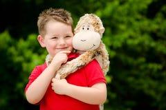 Мальчик с чучелом стоковая фотография rf