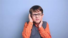Мальчик с школой головных болей мигрени школьника стекел видеоматериал