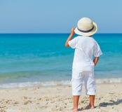 Мальчик с шляпой на пляже Стоковые Изображения