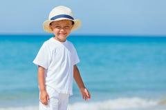 Мальчик с шляпой на пляже Стоковое Фото