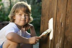 Мальчик с щеткой краски стоковое фото