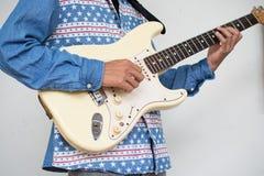 Мальчик с любовником электрической гитары получает готовым для большого концерта ha Стоковое Изображение RF