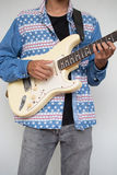 Мальчик с любовником электрической гитары получает готовым для большого концерта ha Стоковые Фото
