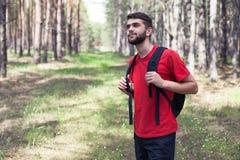 Мальчик с backpack стоковое изображение rf