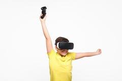 Мальчик с gamepad и изумлёнными взглядами VR Стоковые Фотографии RF