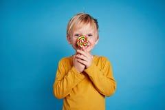 Мальчик с lollipop Стоковое Фото