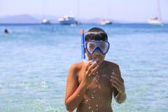 Мальчик с snorkeling маской Стоковое фото RF