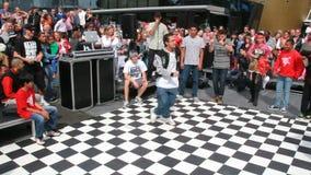 Мальчик танцуя стиль Hiphop сток-видео