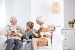 Мальчик тратя время с дедами стоковые фото