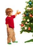 Мальчик украшая рождественскую елку Стоковое Изображение