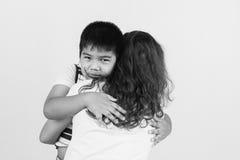 мальчик унылый в обнимать матери Стоковые Изображения