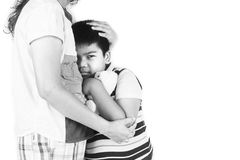 Мальчик унылый в обнимать матери Стоковая Фотография RF