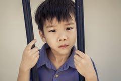 Мальчик унылый за стальным прутом Стоковое Изображение RF