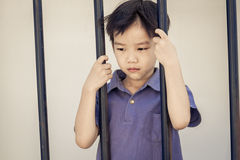 Мальчик унылый за стальным прутом Стоковое фото RF