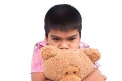 мальчик унылый самостоятельно с коричневым плюшевым медвежонком Стоковые Изображения