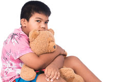 мальчик унылый самостоятельно с коричневым плюшевым медвежонком Стоковое Изображение RF