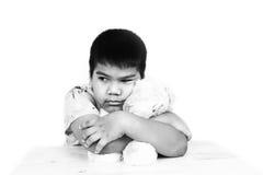 мальчик унылый самостоятельно с тоном старого плюшевого медвежонка черно-белым Стоковая Фотография RF