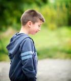 Мальчик упал на спортивную площадку Стоковое Фото