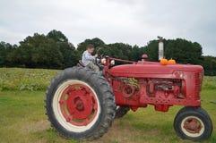 мальчик управляя трактором Стоковые Изображения