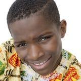 Мальчик усмехаясь, 10 лет Афро старых, изолированный Стоковые Изображения RF
