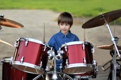Мальчик уча барабанить Стоковое Изображение