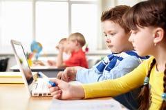 мальчик учит основной прочитанный школьный учителя к Стоковые Изображения RF