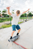 Мальчик улавливает баланс в руководстве и выскальзывании Стоковое Фото