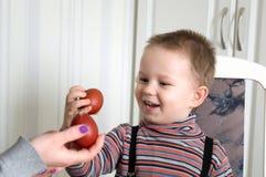 Мальчик ударяя яичка на пасхе Стоковое фото RF