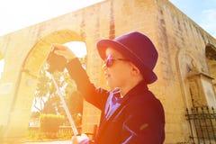Мальчик фотографируя ручки selfie пока Стоковые Изображения RF