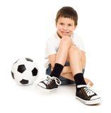 Мальчик футбола с студией шарика изолировал белую предпосылку Стоковое Фото