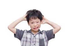 Мальчик царапая его скальп над белизной стоковые изображения rf