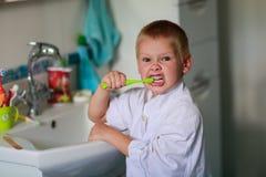 мальчик чистя его зубы щеткой Стоковая Фотография