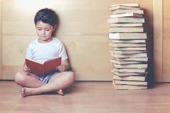 Мальчик читая книгу стоковые изображения