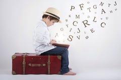 Мальчик читая книгу стоковые изображения rf