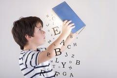 Мальчик читая книгу стоковая фотография rf