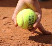 Мальчик шарика держа теннисные мячи Babolat на Roland Garros 2015 Стоковые Фотографии RF