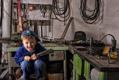Мальчик школьного возраста в мастерской металла Стоковая Фотография