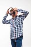 Мальчик эмоциональной певицы белокурый в рубашке шотландки с наушниками Стоковое фото RF