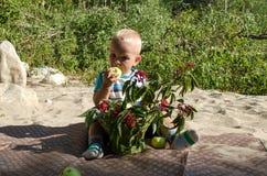 мальчик яблока есть немного Стоковая Фотография