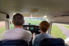 Мальчик Joung летает воздушные судн помогать тренером Стоковые Фото