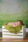 Мальчик Newborn младенца спать на милом комплекте Стоковые Изображения RF