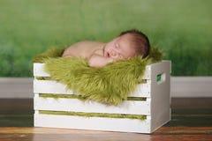 Мальчик Newborn младенца спать на милом комплекте Стоковая Фотография