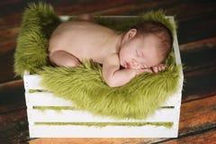 Мальчик Newborn младенца спать на милом комплекте Стоковое фото RF