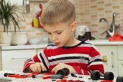 Мальчик plaing с блоками Стоковое фото RF