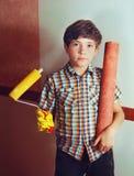 Мальчик Preteen красивый с каботажным судном и обоями крена стоковое фото