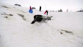 Мальчик sledding с скачки акции видеоматериалы