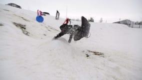 Мальчик sledding с slomo скачки сток-видео