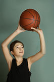 Мальчик Teeb с шариком баскетбола Стоковое Фото
