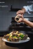 Мальчишка с соусом в кухне стоковая фотография rf
